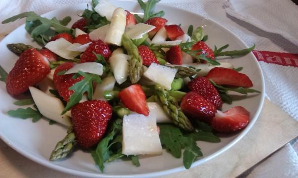 Spargel Rucola Salat mit Erdbeeren